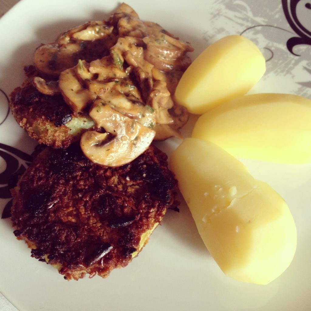 Kohlrabischnitzel mit Salzstangenpanade dazu Champignons und Kartoffeln