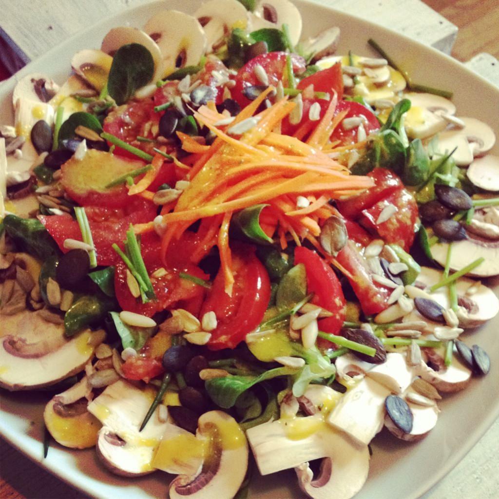 Salat mit rohen Champignons