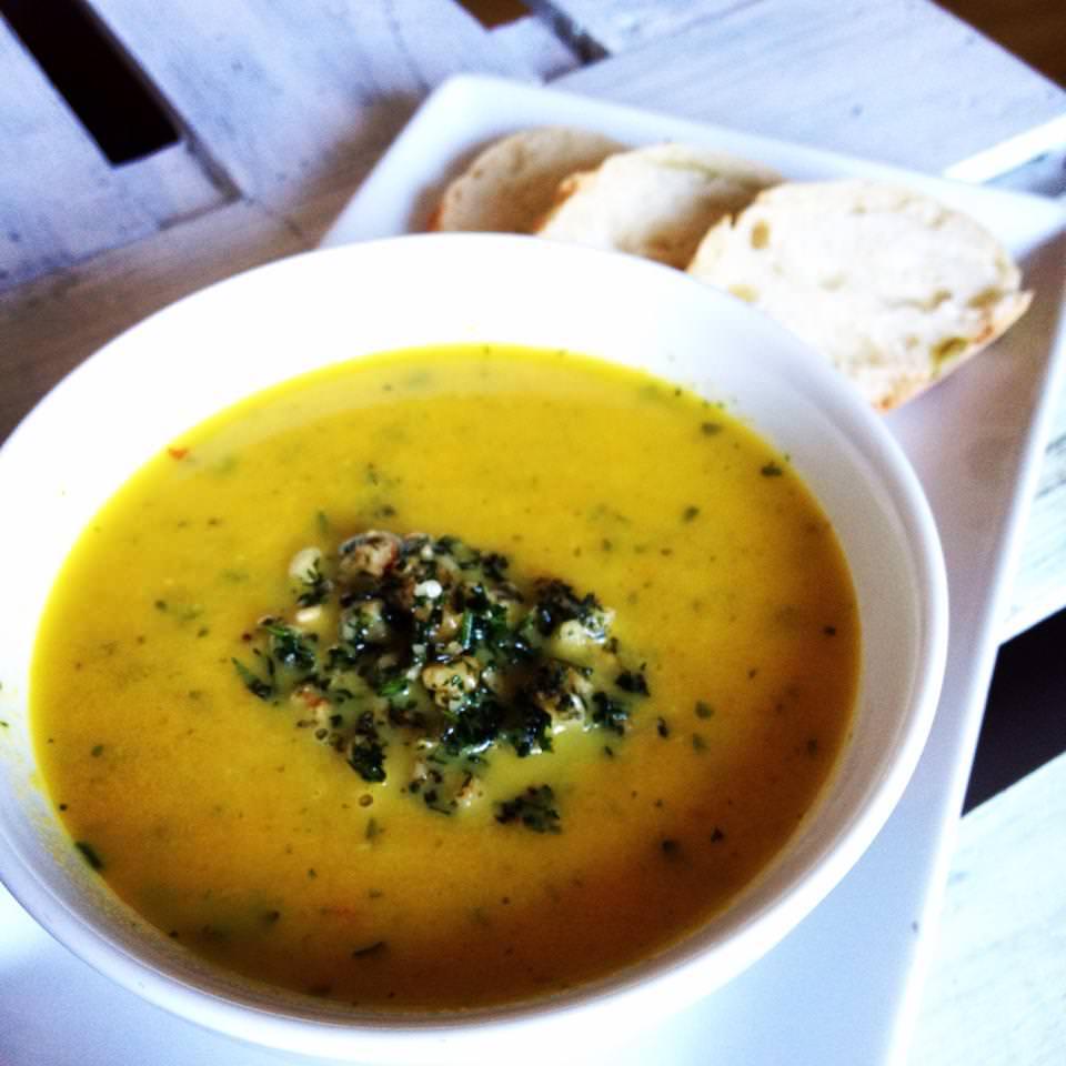Möhren-Kokos-Ingwer Suppe mit Möhrengrünpesto <3