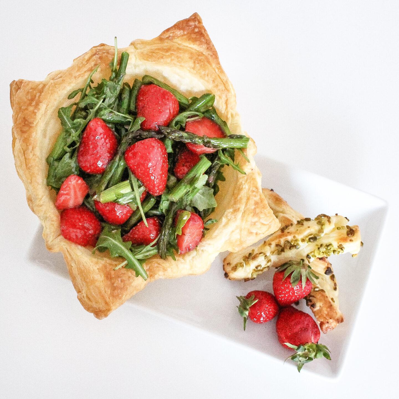 Spargel-Erdbeer-Rucola Salat im Körbchen
