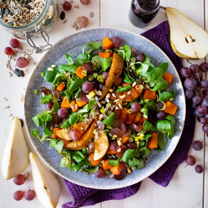 Salat mit Kürbis, Trauben und Birne
