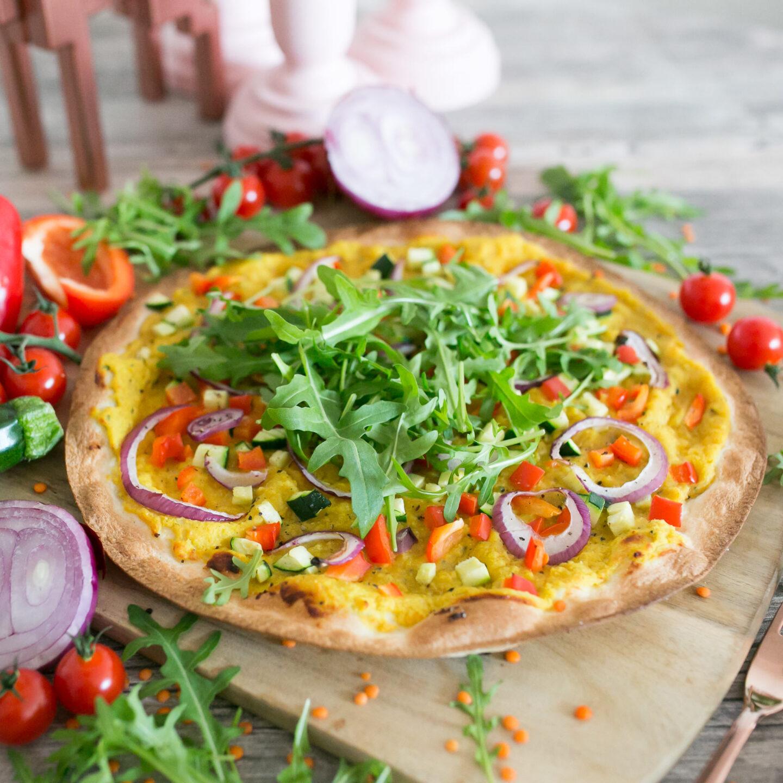 Schnelle Curry-Linsen Pizza mit Rucola