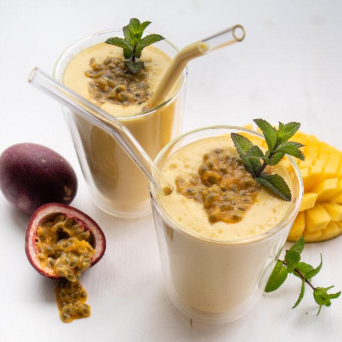 veganer Shake mit Mango und Kurkuma