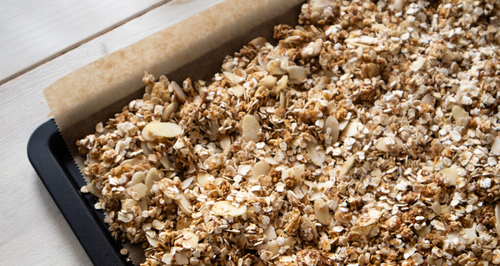 Veganes Vanille-Erdnuss Granola frisch aus dem Ofen